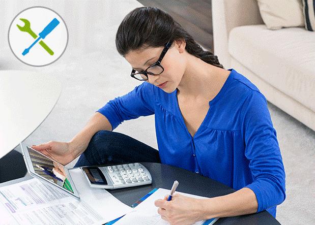 Femme faisant de la comptabilité sur un bureau