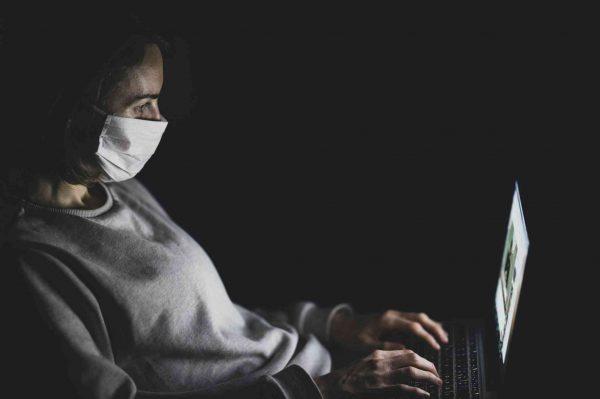 Photo femme sur ordinateur la nuit