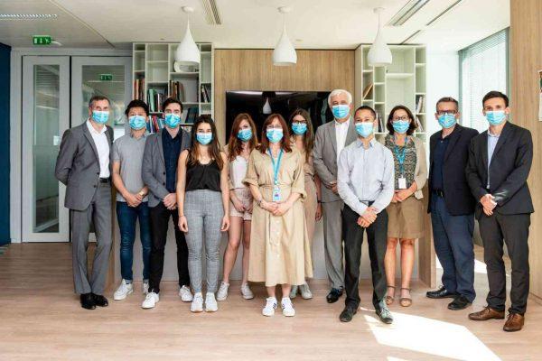 Photo de l'équipe avec des masques