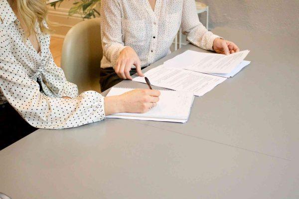Photo de collègues travaillant sur des documents